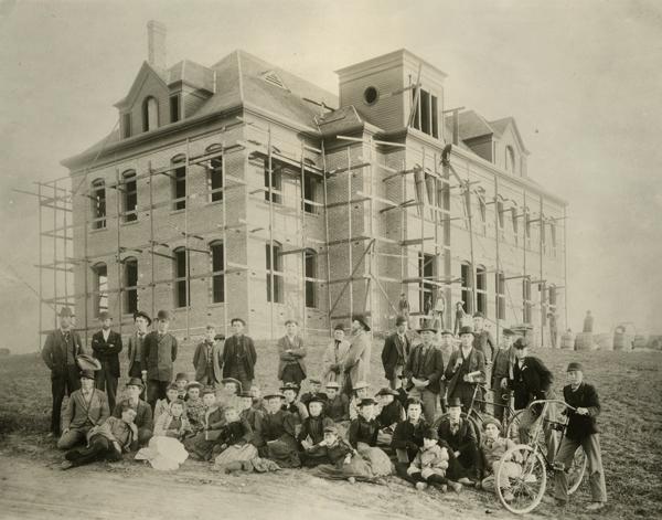 Học sinh và giảng viên của Học viện trước Hội trường sáng lập trong thời gian xây dựng năm 1894
